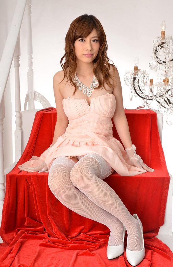 生田さら 豪華なドレスで卑猥なポーズ