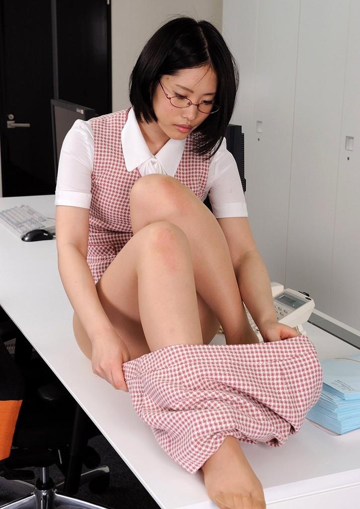 野上彩 普通のメガネOLが事務所でストリップを披露する異常事態!