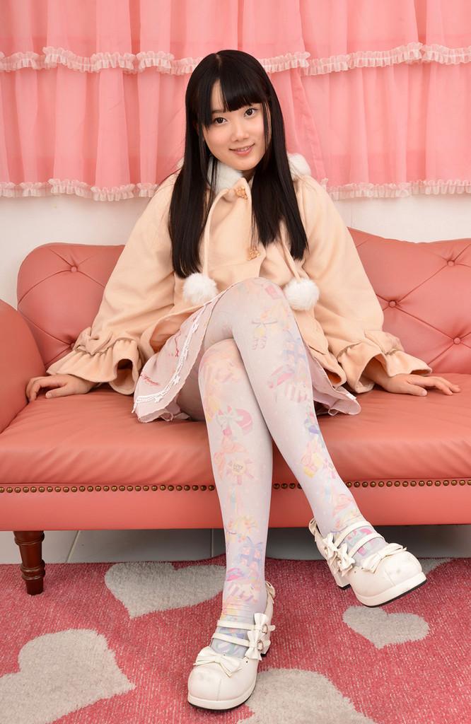 ピンク系ロリータファッションの宮崎綾が、ヌギヌギしていきます。
